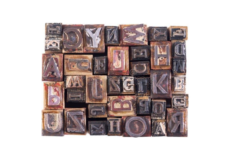 Viejas letras de molde de madera aisladas en el fondo blanco imagen de archivo