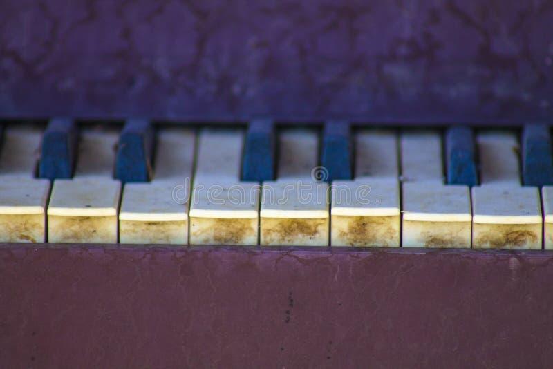 Viejas llaves del piano fuera de un viejo hogar imagenes de archivo