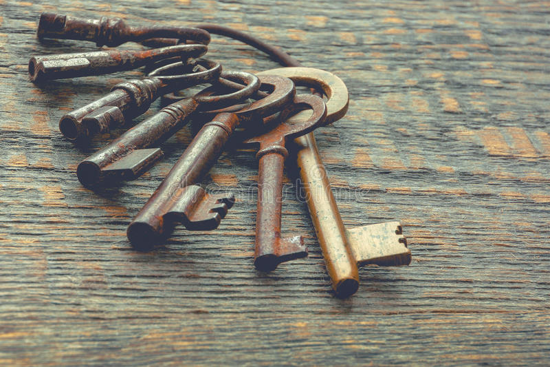 Viejas llaves en un anillo metálico imágenes de archivo libres de regalías