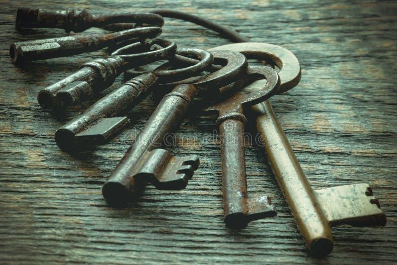 Viejas llaves en un anillo metálico imagenes de archivo
