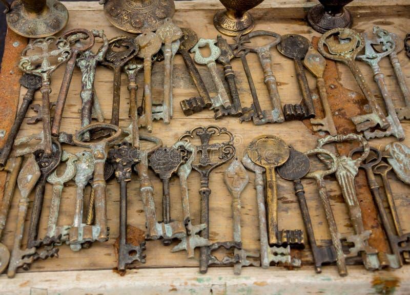 Viejas llaves en una tabla de madera, primer imágenes de archivo libres de regalías