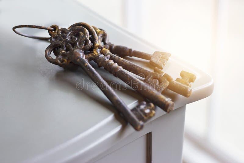 Viejas llaves oxidadas en el fondo de la tabla foto de archivo libre de regalías