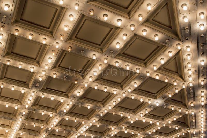 Viejas luces de techo de la carpa del teatro imagenes de archivo