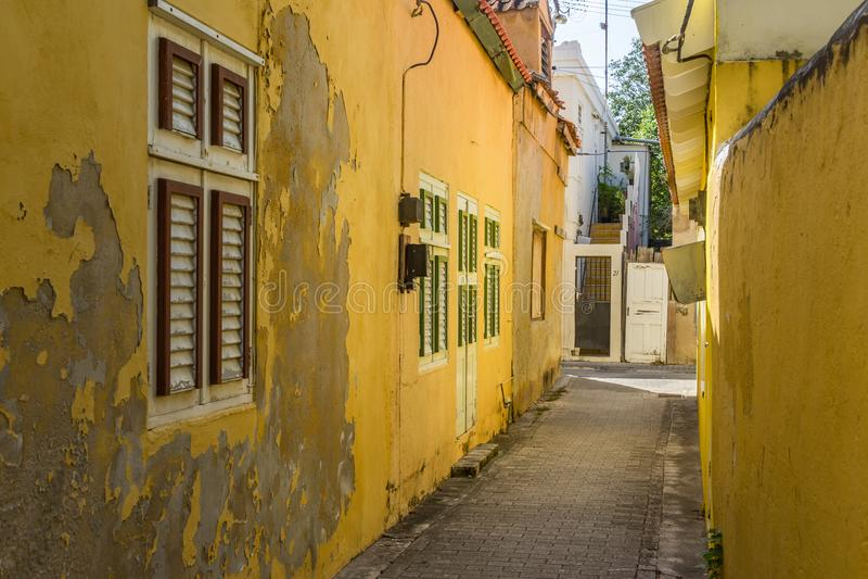 Viejas opiniones amarillas de Otrobanda Curaçao de la calle fotografía de archivo libre de regalías