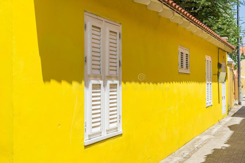 Viejas opiniones amarillas de Otrobanda Curaçao de la calle imagenes de archivo