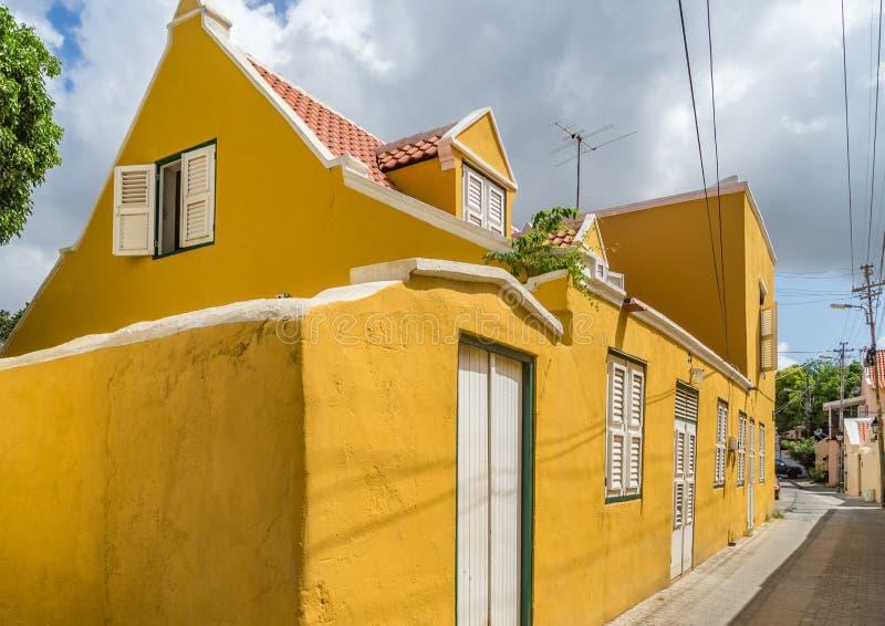 Viejas opiniones constructivas amarillas de Otrobanda Curaçao fotos de archivo