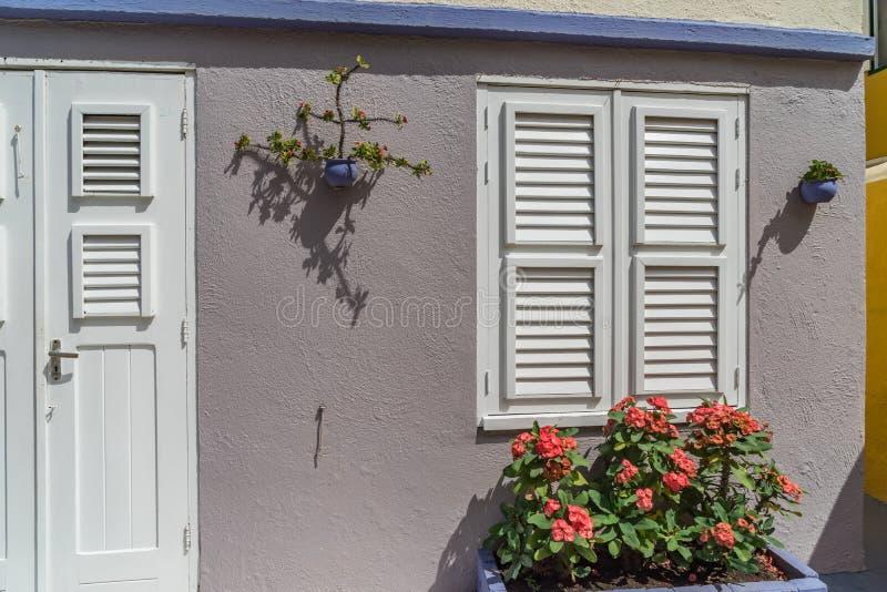 Viejas opiniones de Otrobanda Curaçao de la ventana imagenes de archivo