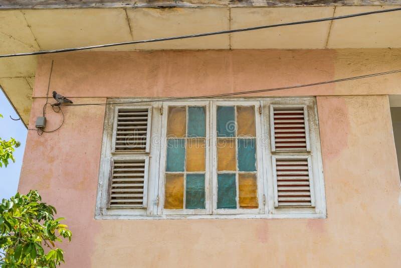 Viejas opiniones de Otrobanda Curaçao de la ventana fotografía de archivo