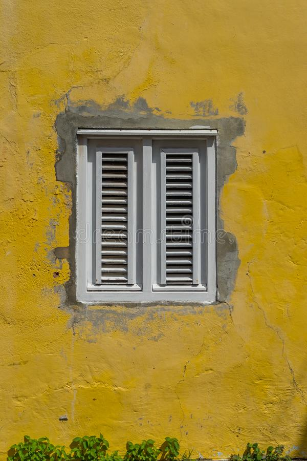Viejas opiniones de Otrobanda Curaçao de la ventana/del amarillo imagen de archivo