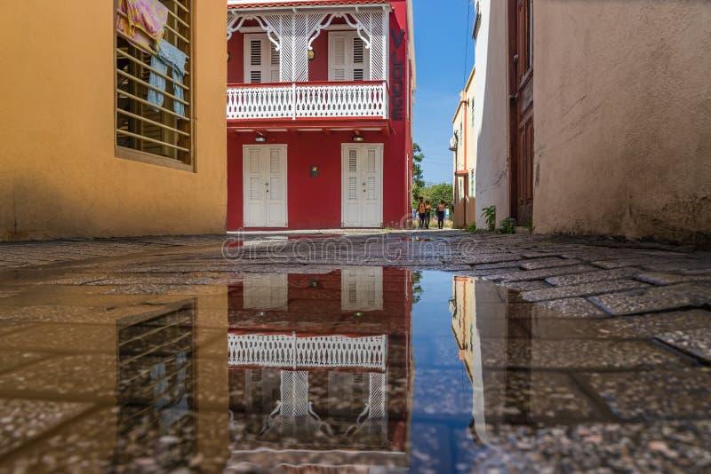 Viejas opiniones rojas de Otrobanda Curaçao de la reflexión del edificio imagen de archivo