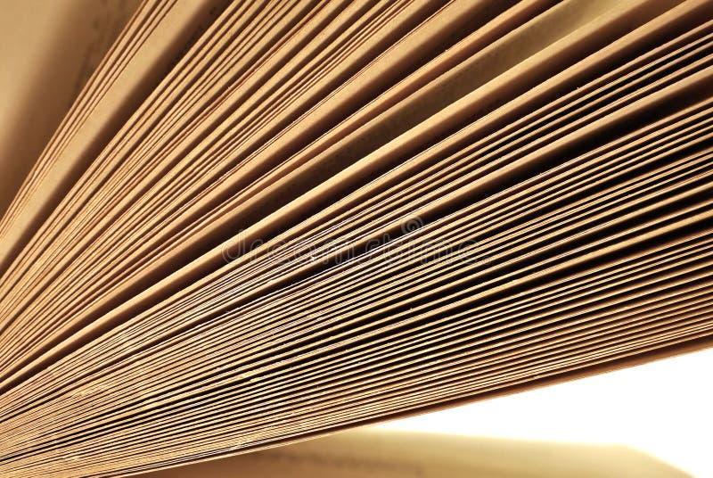 Viejas páginas envejecidas del libro cerca para arriba imagenes de archivo