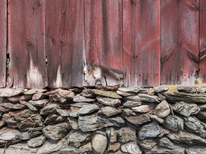 Viejas pared del granero y fundación de la piedra imágenes de archivo libres de regalías