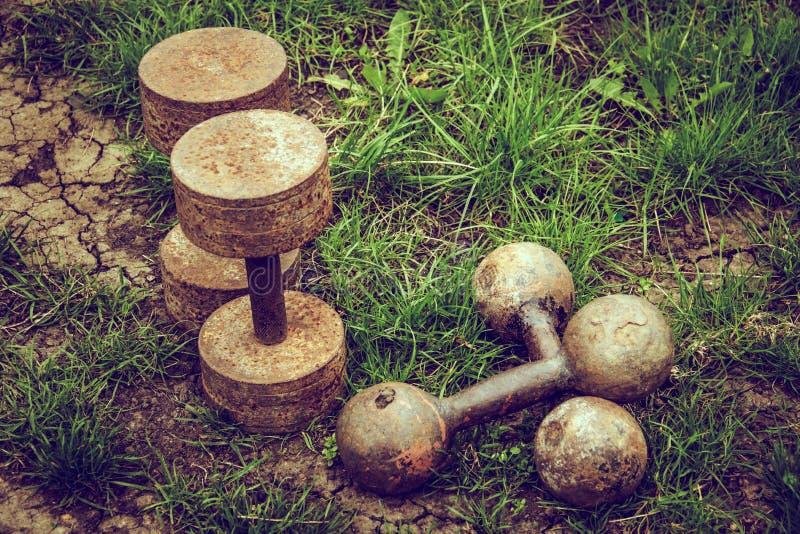 Viejas pesas de gimnasia oxidadas Concepto del deporte y de la salud Concepto de la autodestrucción fotos de archivo