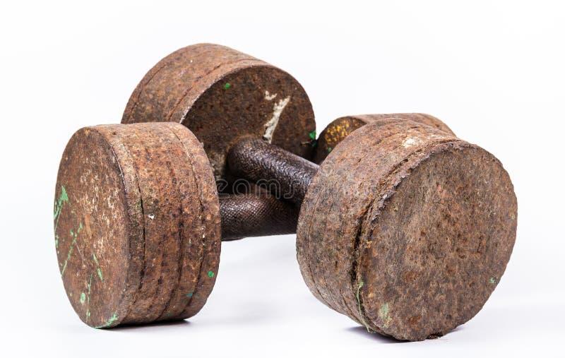 Viejas pesas de gimnasia sucias oxidadas Viejas pesas de gimnasia en el fondo blanco foto de archivo