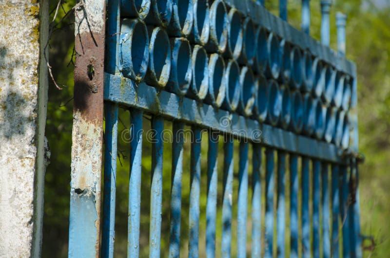 Viejas puertas en el territorio abandonado imágenes de archivo libres de regalías