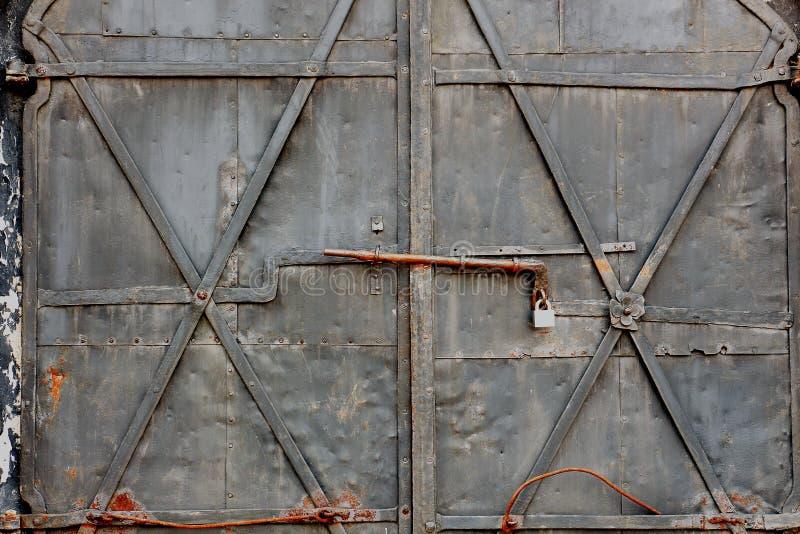 Viejas puertas oxidadas bloqueadas foto de archivo libre de regalías