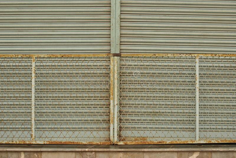 Viejas puertas oxidadas del hierro cerradas imagen de archivo libre de regalías