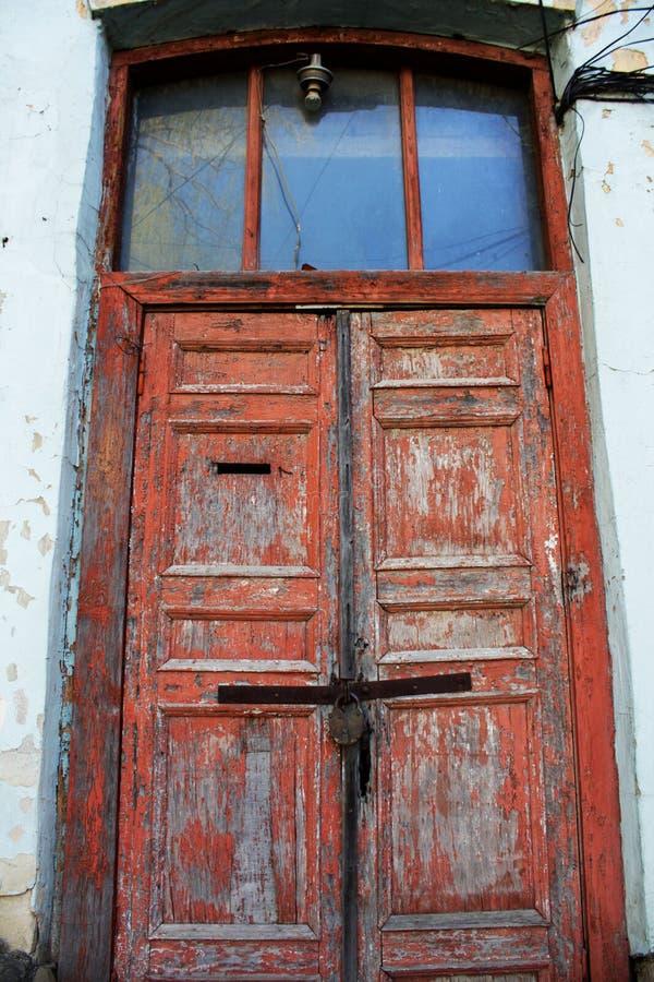 Viejas puertas peladas de madera rojas foto de archivo for Puertas viejas de madera