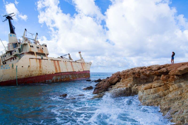 Viejas ruina y muchacha de la nave Playa del agua azul Foto 2018, d del viaje foto de archivo libre de regalías
