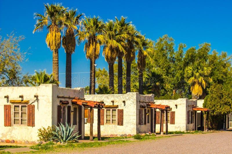 Viejas unidades abandonadas del motel en el desierto de Arizona imágenes de archivo libres de regalías