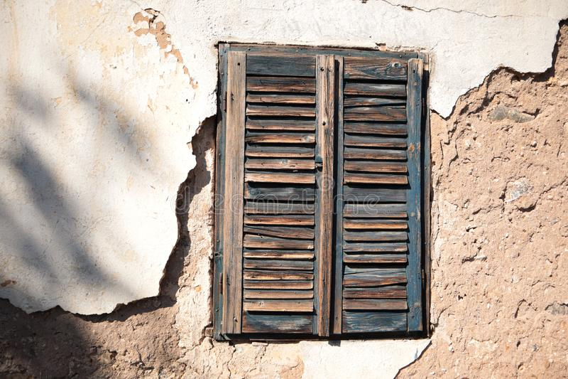 Viejas ventanas de madera en el pueblo serbio imagen de archivo libre de regalías