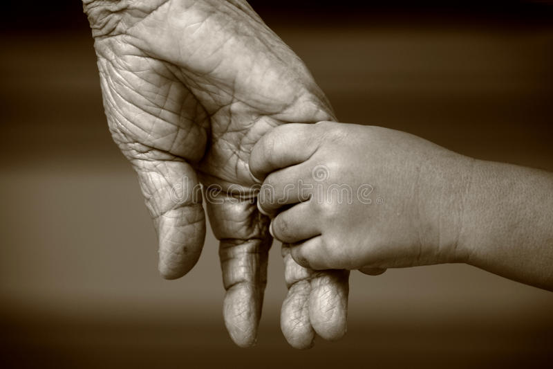 Viejas y jovenes manos fotografía de archivo