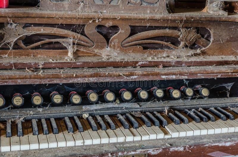 viejo órgano con las telarañas imágenes de archivo libres de regalías