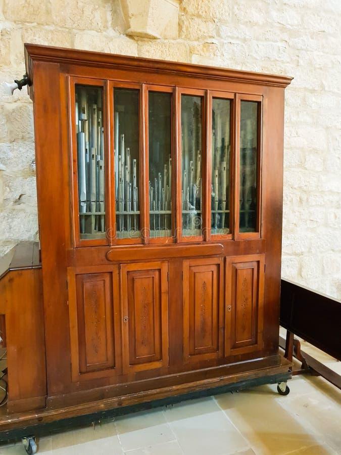 Viejo órgano transportable de la iglesia situado en el monasterio de Iranzu imagen de archivo