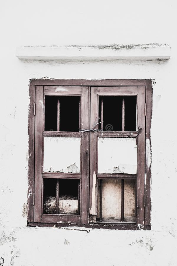 Viejo abandono Windows de madera en Windows antiguo y capítulo el fondo blanco del muro de cemento imagenes de archivo