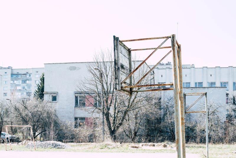 Viejo anillo del baloncesto en la tierra de deportes fotos de archivo