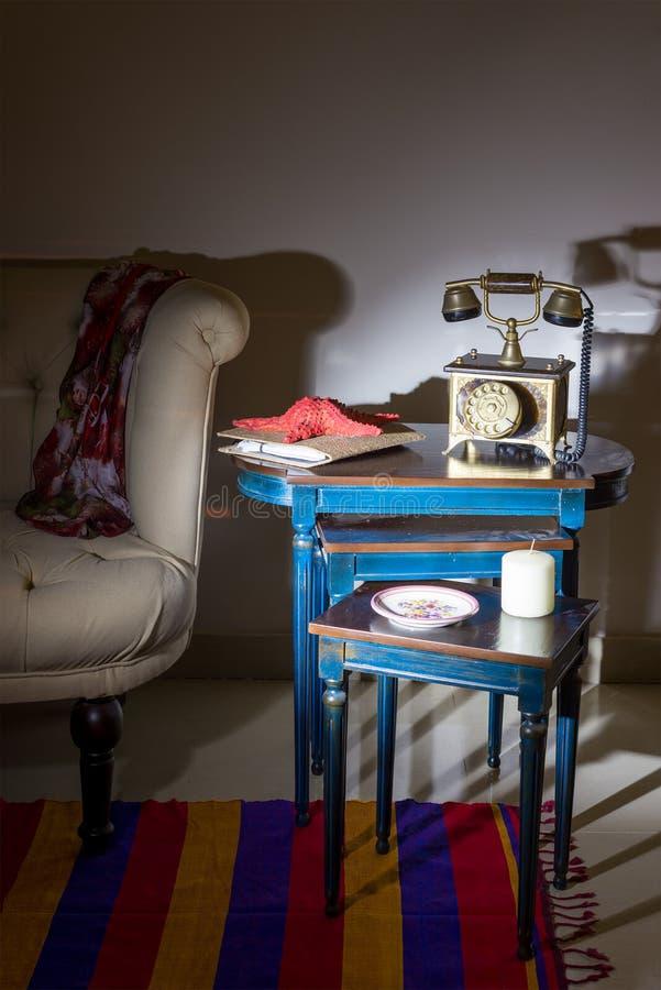 Viejo aparato de teléfono, estrellas de mar rojas y placa adornada colorida sobre las tablas jerarquizadas, Capet colorido, y but foto de archivo libre de regalías
