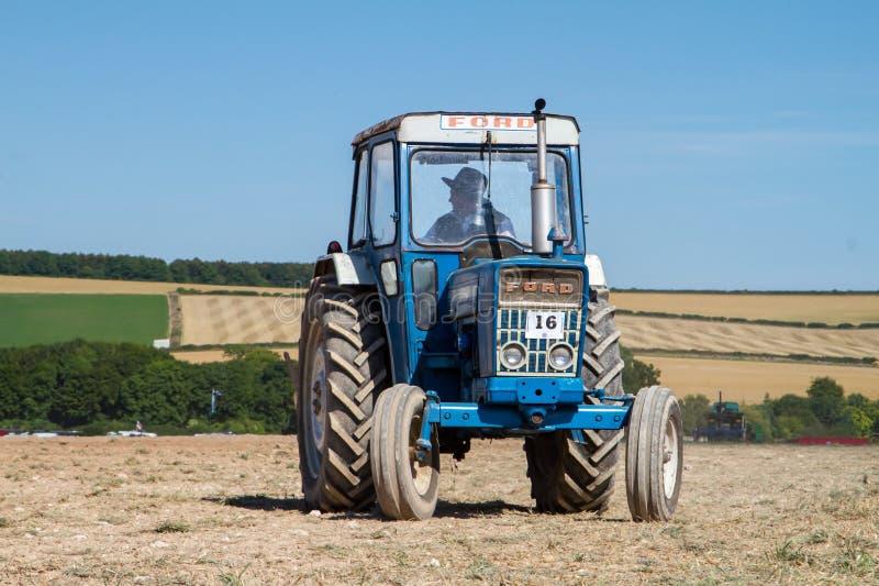 Viejo arado del tractor del vado 4000 imagenes de archivo