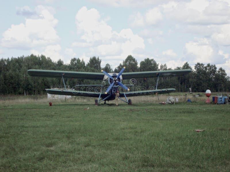 Viejo avión en la pista de despeque foto de archivo libre de regalías