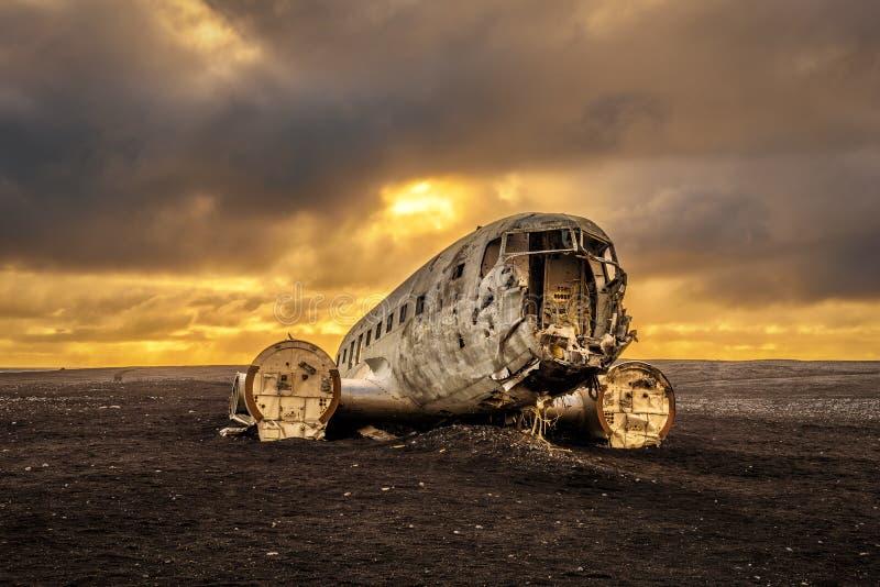 Viejo avión estrellado en Islandia con las nubes de tormenta pesadas fotografía de archivo libre de regalías