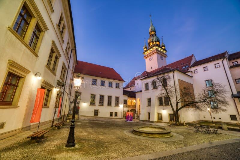 Viejo ayuntamiento Brno con un pequeño cuadrado y torre vieja en la oscuridad fotografía de archivo