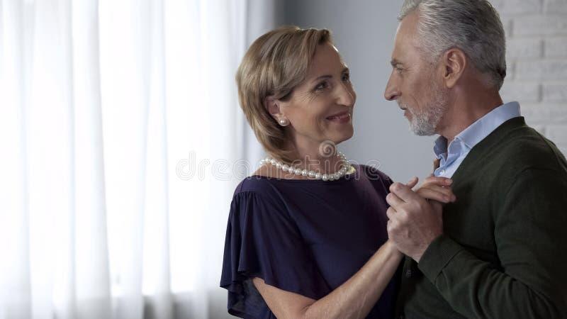 Viejo baile del marido y de la esposa y blando mirada de uno a, matrimonio feliz imagen de archivo libre de regalías