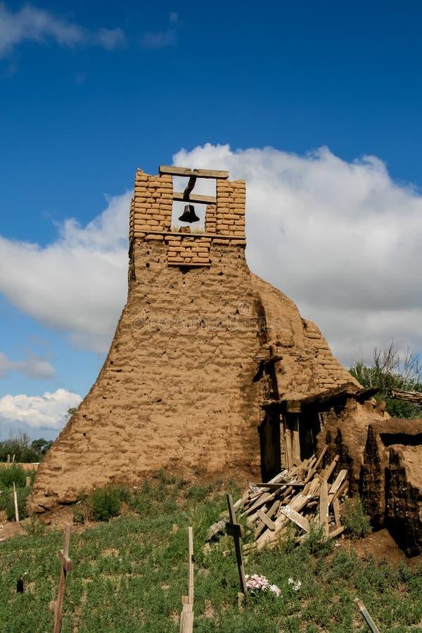 Viejo belltower de San Geronimo Chapel en el pueblo de Taos fotografía de archivo