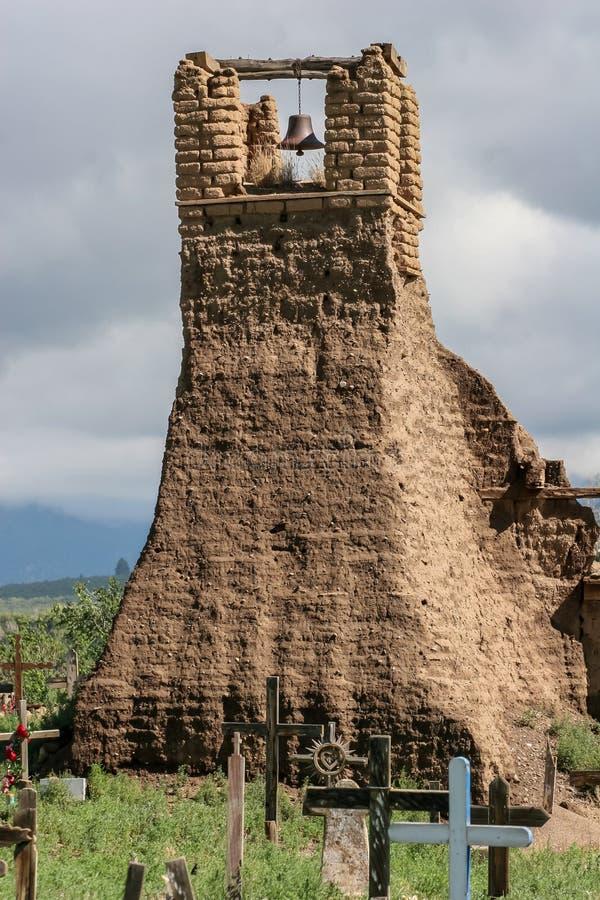 Viejo belltower de San Geronimo Chapel en el pueblo de Taos fotos de archivo libres de regalías
