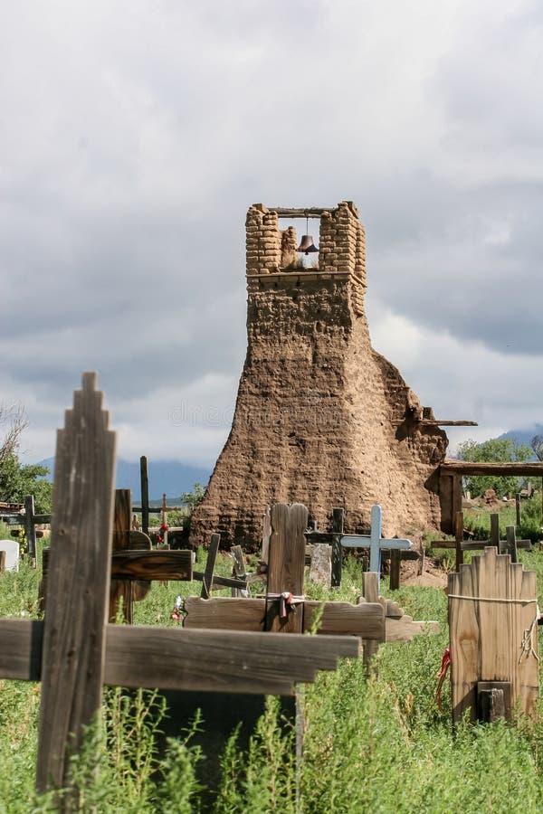 Viejo belltower de San Geronimo Chapel en el pueblo de Taos imagen de archivo libre de regalías