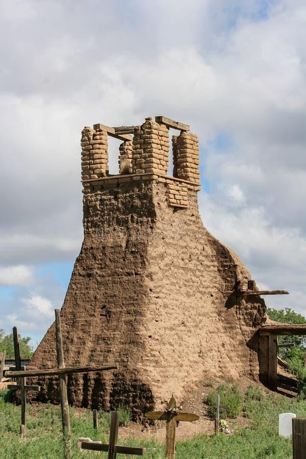 Viejo belltower de San Geronimo Chapel en el pueblo de Taos, los E.E.U.U. fotos de archivo libres de regalías