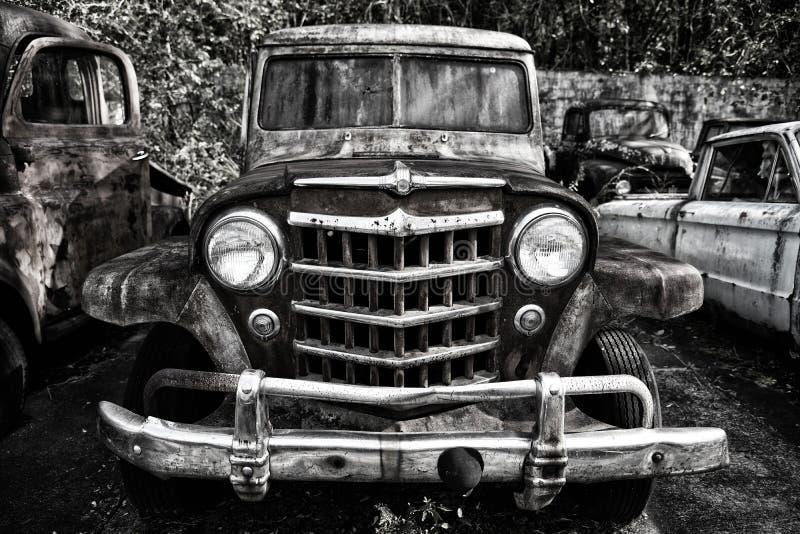 Viejo camión basura en un refugio basura imagenes de archivo