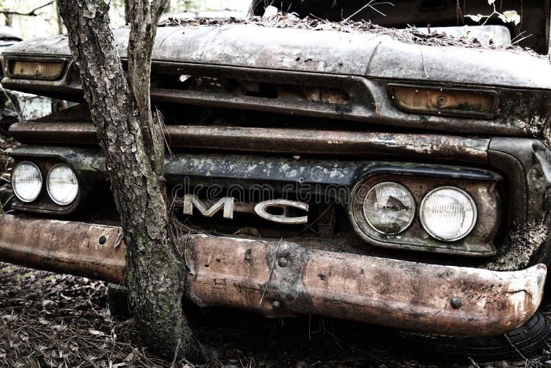 Viejo camión GMC en yard basura imagen de archivo