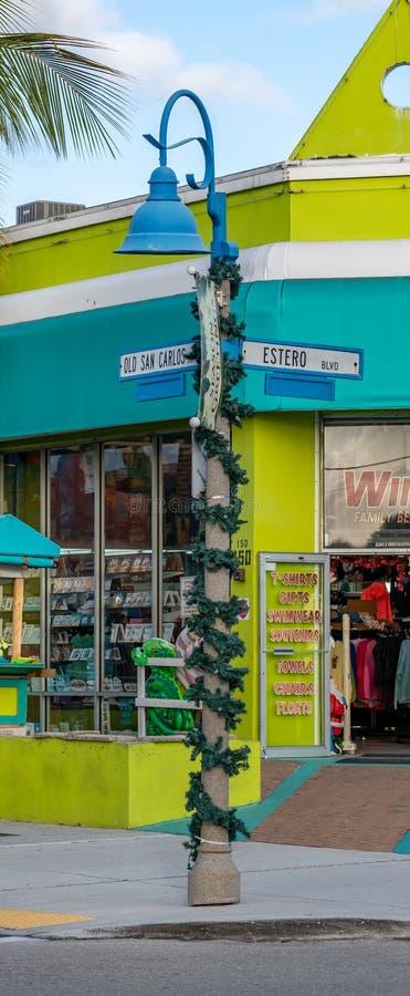 Viejo cartel San Carlos Blvd & Estero Blvd decorado para Navidad foto de archivo libre de regalías