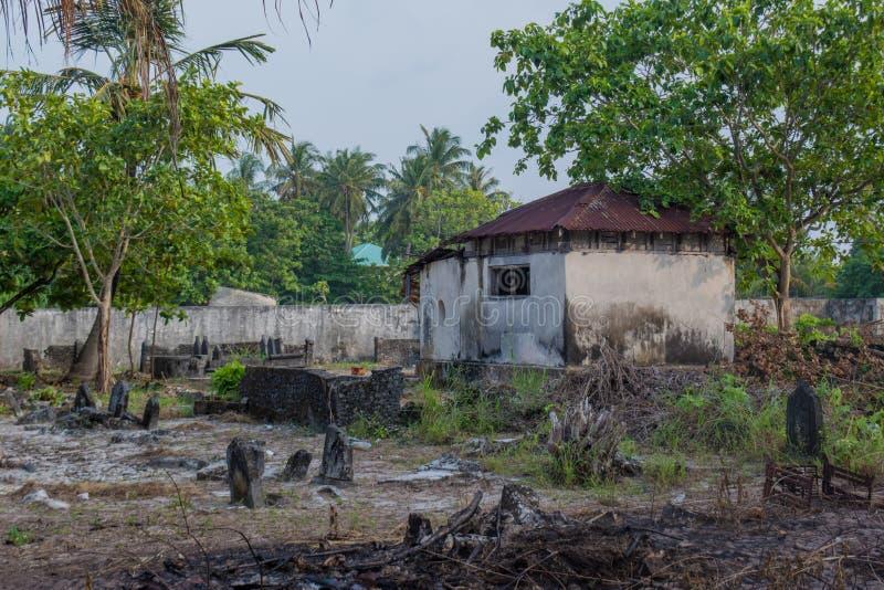 Viejo cementerio espeluznante antiguo con la cripta y sepulcros en la isla local tropical Fenfushi imagen de archivo libre de regalías