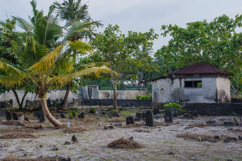 Viejo cementerio espeluznante con la cripta y sepulcros en la isla local tropical Fenfushi imágenes de archivo libres de regalías