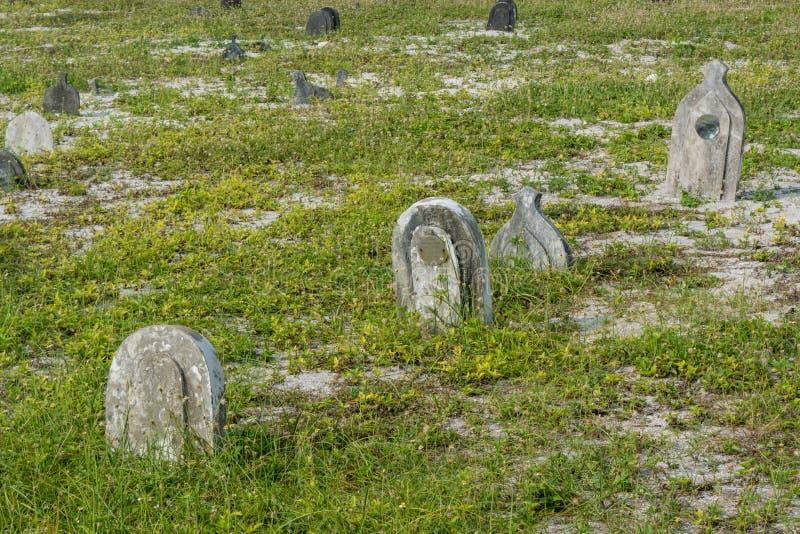 Viejo cementerio espeluznante con los sepulcros en la isla local tropical Maamigili imágenes de archivo libres de regalías