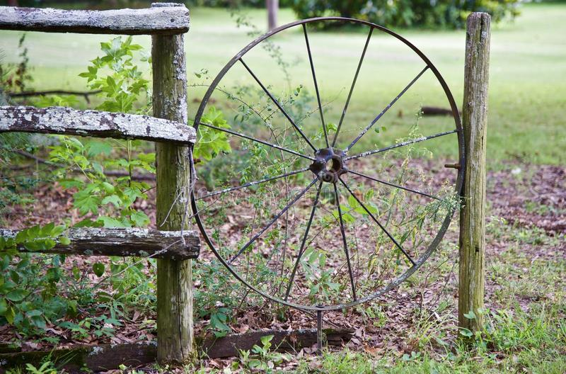 Viejo Chuck Wagon Wheel de madera imagen de archivo libre de regalías