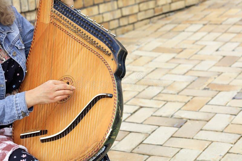Viejo cierre étnico ucraniano de Pandora del bandura del instrumento musical para arriba foto de archivo