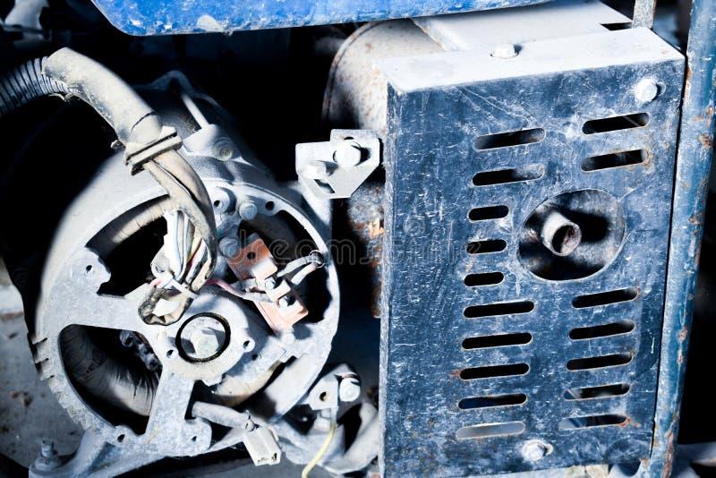 Viejo cierre diesel sucio del generador para arriba, motor y extractor fotografía de archivo