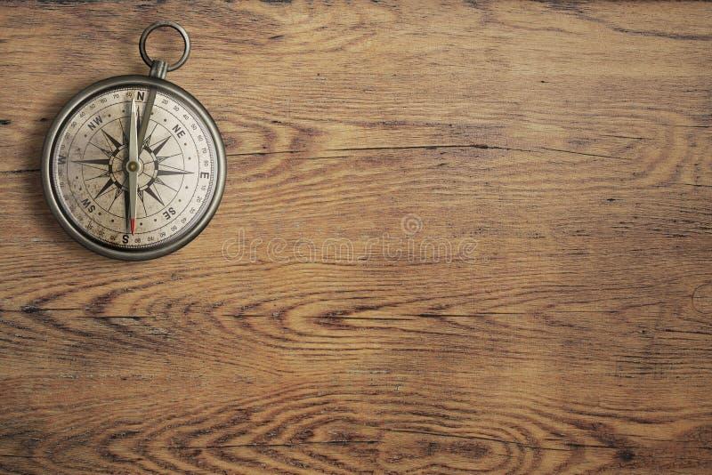 Viejo compás en la opinión de sobremesa de madera del vintage imagen de archivo libre de regalías